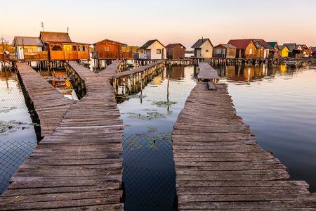 Schwimmendes Dorf Bokodi in Ungarn bei Sonnenaufgang. Diese Häuser gehören lokalen Fischern.
