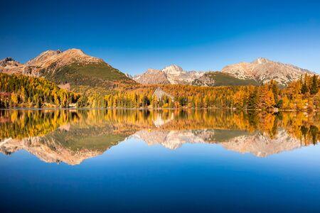 Górskie jezioro w Parku Narodowym Wysokie Tatry. Szczyrbskie Pleso, Słowacja, Europa. Park Narodowy Wysokich Tatr o zachodzie słońca i Jezioro Szczyrbskie to piękne górskie jezioro na Słowacji. Zdjęcie Seryjne
