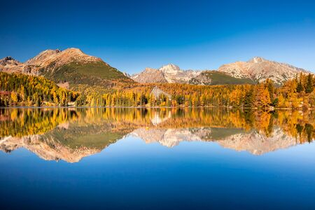 Mountain lake in National Park High Tatras. Strbske pleso, Slovakia, Europe. High Tatras mountains national park at sunset and Strbske lake is beautiful mountain lake in Slovakia. Foto de archivo