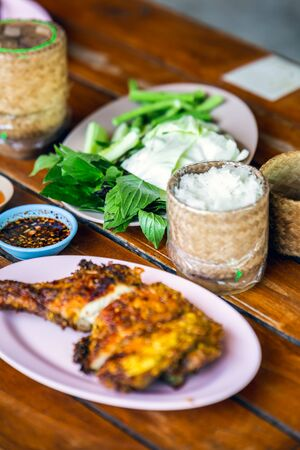Thai rice served with fish based sauce, vegetables and fried chicken. 版權商用圖片