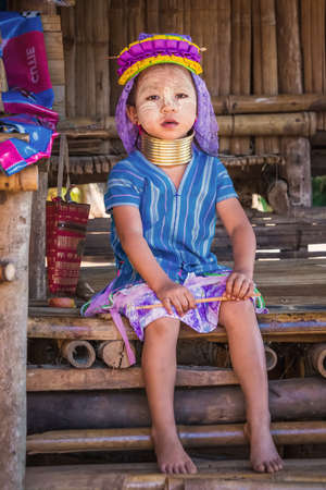 Long-necked Karen girl wearing ttraditional clothes. Chiang Rai, Thailand - November 15, 2017. 免版税图像 - 151159325