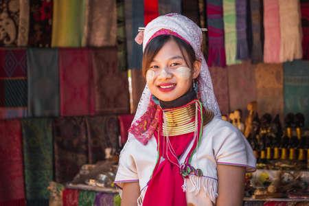 Long-necked Karen girl wearing ttraditional clothes. Chiang Rai, Thailand - November 15, 2017. 免版税图像 - 151159425