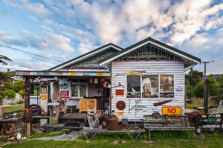 House and fence decorated with old car plates at Ross, New Zealand. Ross, New Zealand - January 01 2018. 新闻类图片