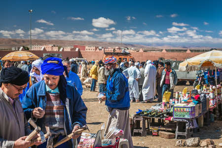 Berbers dressed in traditional clothes and turban at the camel market in Guelmim. Guelmim, Morocco - April 16 2016. Foto de archivo - 156207669