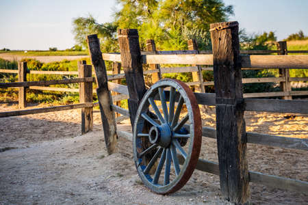 Wagon wheel at the ranch in Camargue, France. Foto de archivo - 156105834