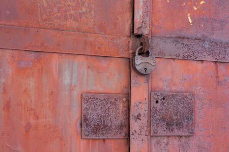 puertas de hierro: Puertas de hierro oxidado bloqueado en edad de bloqueo Foto de archivo