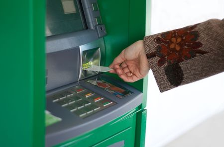 automatic transaction machine: Mano femenina con tarjeta de cr�dito y Banco Verde terminal