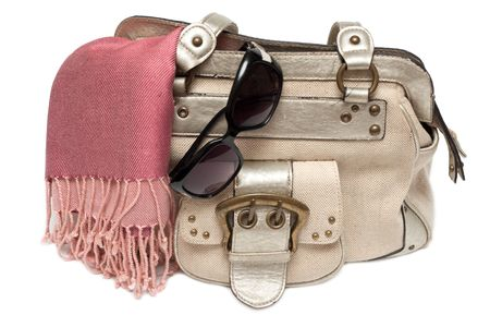 Lady mano-bolsa en cargo de rosa y gafas de sol-protección