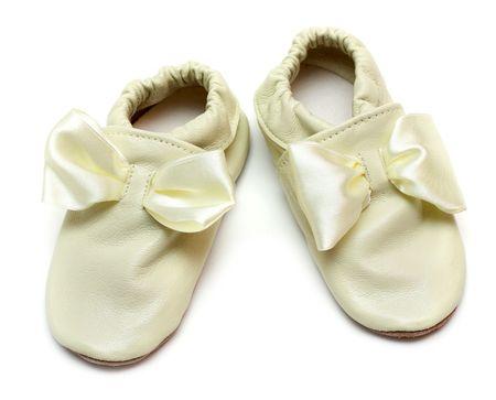 zapatillas de ballet: Par de zapatillas de cuero sobre fondo blanco para bebés