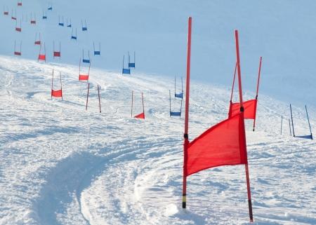 slalom: Bramy narciarski z Flaga czerwonego i niebieskiego slalom równoległy