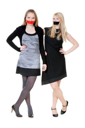 imbavagliare: Due belle ragazze con loro bocche registrata con nastro Archivio Fotografico