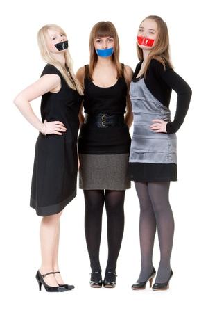 Trois belles filles avec leur bouche enregistrement avec scotch Banque d'images
