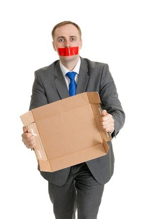 Unternehmer mit dem Mund versiegelt mit Bürokratie und Karton in ihren Händen