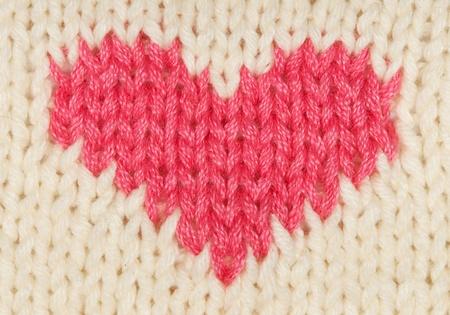 corazón rojo de los hilos de lana calientes de punto