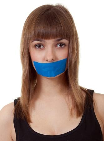 kokhalzen: mooi meisje met haar mond verzegeld met blauwe tape