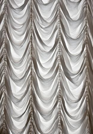 cortinas blancas: Cortinas blancas cubiertas de teatro en el fondo