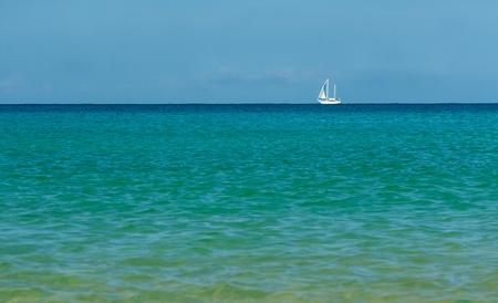 paisaje mediterraneo: velero blanco en el azul del mar en el horizonte Foto de archivo