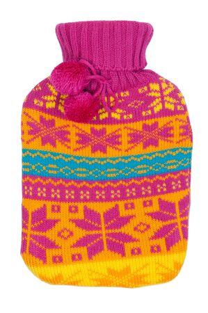 wärmflasche: Gummi-Wärmflasche in einem gestrickten Abdeckung Farbe auf einem weißen Hintergrund
