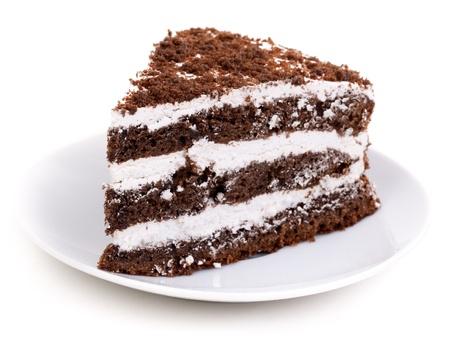 rebanada de pastel: Rebanada de pastel de chocolate relleno de crema batida y chocolate blanco sobre fondo blanco