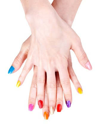 unas largas: Manos de las mujeres con un color de esmalte de u�as (manicura). Aislar en blanco