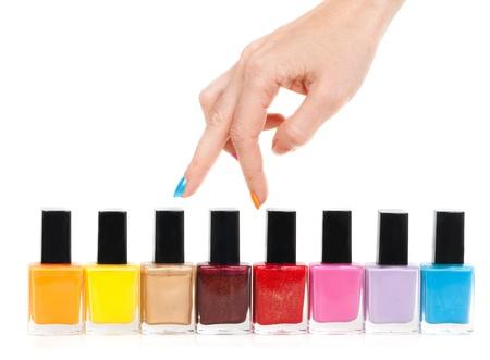 emalj: Kvinnliga hand fingrar är de färgade färger polska på en vit bakgrund Stockfoto