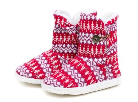 sheepskin: C�lidas zapatillas dom�sticas del invierno de piel de oveja. Aislado en blanco.