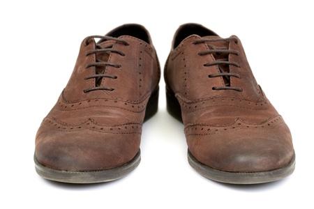 par de zapatos de dise�o marr�n de las mujeres ocasionales sobre un fondo blanco photo