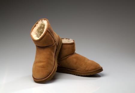 sheepskin: Botas para mujer de piel de oveja aislados sobre fondo blanco Foto de archivo