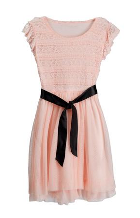 Vestido rosa con cinturón negro. Aislar en blanco.