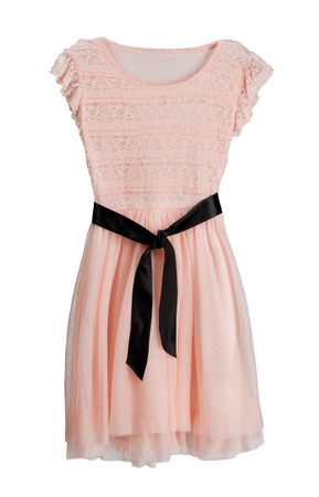 vestido blanco: Vestido rosa con cintur�n negro. Aislar en blanco.
