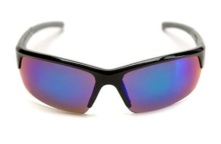 gafas de sol: gafas de sol deportivas con lentes azules. Aislar en blanco. Foto de archivo