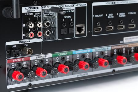 Gros plan de l'arrière d'un ampli-tuner AV, montrant les bornes d'enceinte, les connecteurs de composant. Récepteur audio, isoler sur fond blanc, studio Banque d'images