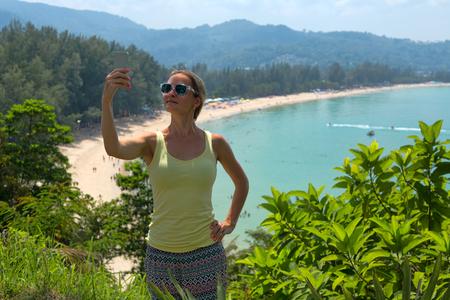 Chica haciendo selfie en playa tropical Foto de archivo