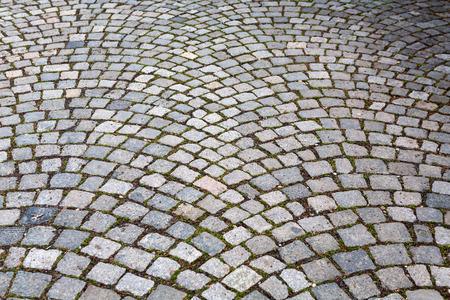 Straatbestrating en oude keien in Praag Stockfoto