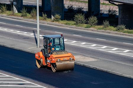 reparación de la carretera asfaltada, la máquina pone un nuevo revestimiento en la carretera. Ucrania. Kiev 06.11.2018