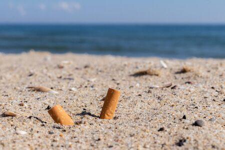sigarette nella sabbia inquinamento ambientale e natura