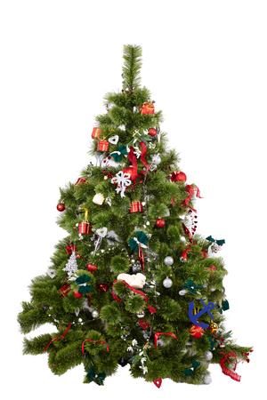 Bel arbre de Noël avec des ornements colorés isolés sur fond blanc, tourné en studio