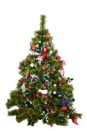 Mooie kerstboom met kleurrijke ornamenten geïsoleerd op een witte achtergrond, studio shot