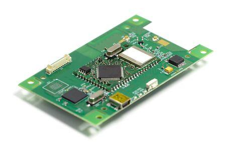 Carte de circuit imprimé électronique avec puces et autres composants, face avant, vue en angle, isolée sur blanc
