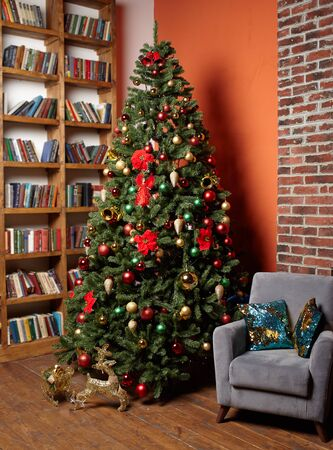 Christmas tree in the room near the home library, the Christmas mood with gifts Standard-Bild