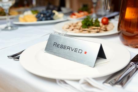 Reservierte Platte auf einem Tisch in einem Restaurant