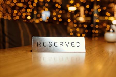 Placa reservada en una mesa en un restaurante Foto de archivo - 71928068