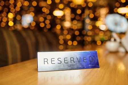 Gereserveerde plaat op een tafel in een restaurant