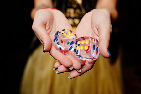 Foto van dobbelstenen in de hand van het meisje