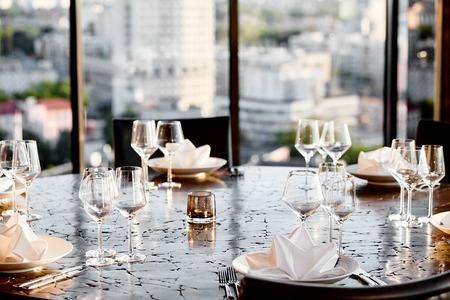 leere Gläser und Tischdekoration mit einem schönen Hintergrund in einem Restaurant