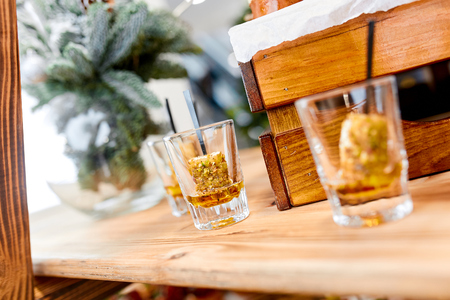 whiskey glasses with whiskey and dessert on a table in the retaurant Stockfoto