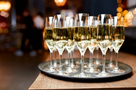 glasses with white wine on a tray on the table in the restaurant Stockfoto