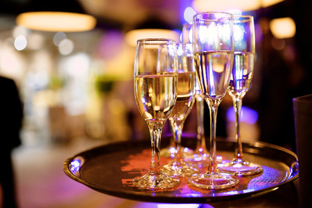 Cuatro copas de champán en una bandeja en un restaurante. Foto de archivo