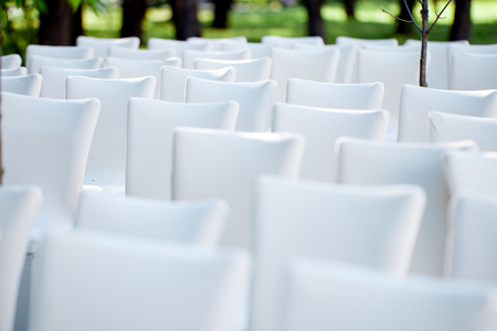 white chairs for outdoor check-in for guests at the wedding Stockfoto