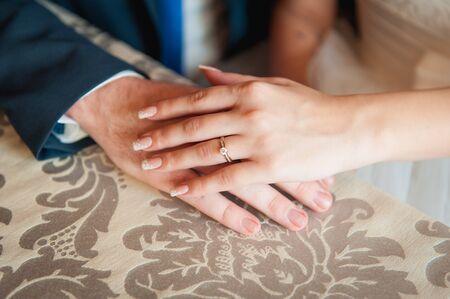 marido y mujer: amor de pareja feliz la mano en la ma�ana en al aire libre